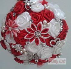 """Buquê de broches prateados, pérolas e flores em cetim vermelho.    A escolha do buquê de noiva é tão importante quanto a escolha do vestido.    Os bouquets são personalizados e montados de acordo com o gosto da noiva. Eles são únicos sendo que nunca existirá um buque idêntico ao outro.    O buquê pode ser confeccionado com broches, fitas, tecidos, flores de seda, e outros adereços.    O """"Bouquet de Broches"""" é uma verdadeira semi jóia e pode ser guardada como recordação."""