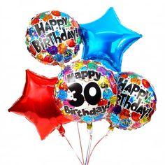 Mit diesem Ballonbukett lassen Sie das Geburtstagskind in ein neues Lebensjahr schweben. Passend zum 30.Geburtstag erhält die beschenkte Person fünf, bunte Ballons, welche elegant zum runden Jubiläum aus dem Geschenkkarton schweben. Mit 30 Jahren hat man vielleicht schon eine Familie gegründet, sodass Kinder sowie Oma und Opa bei der Feier anwesend sein werden. Freunde kommen hinzu und alle wollen sie etwas Besonderes schenken. Wenn Sie zu einem 30. Geburtstag eingeladen wurden, passt…