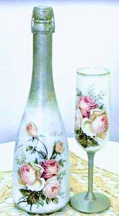 DIY Vintage Bottles for Home Decor – Best Handi Crafts Glass Bottle Crafts, Wine Bottle Art, Painted Wine Bottles, Diy Bottle, Painted Wine Glasses, Vintage Bottles, Bottles And Jars, Decoupage Jars, Diy Vintage