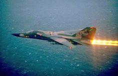 """Aviones Caza y de Ataque: F-111 """"Aardvark""""    Armamento Cañones: 1× M61 Vulcan de seis cañones rotativos de 20 mm en bodega de armas (pocas veces instalado)  Puntos de anclaje: 9 (8× subalares y 1× bajo el fuselaje entre los motores) más 2 puntos en la bodega de armas con una capacidad de 14.300 kg, para cargar una combinación de:  Bombas: De caída libre y propósito general: Mk 82 (227 kg) Mk 83 (454 kg) Mk 84 (907 kg) Mk 117 (340 kg) Bombas de racimo  Bomba antibúnker BLU-109 (907 kg)"""