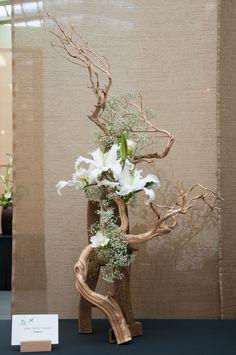 Ikebana with driftwood Easter Flower Arrangements, Ikebana Flower Arrangement, Ikebana Arrangements, Easter Flowers, Floral Arrangements, Spring Flowers, Arte Floral, Deco Floral, Floral Design
