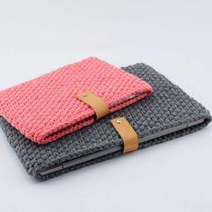 Newest No Cost Cute crochet pouch Tips Gehäkelte Laptop-Hülle Anleitungen Hobbii Crochet Laptop Sleeve, Laptop Sleeves, Tricot Simple, Free Crochet, Knit Crochet, Crochet Case, Knitting Patterns, Crochet Patterns, Crochet Ideas