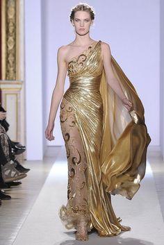 A coleção de ouro do estilista Zuhair Murad está arrebatadora, olhem a riqueza dos vestidos, do tipo arrasoooo. Vejam alguns modelos desfilados: Choquei XX