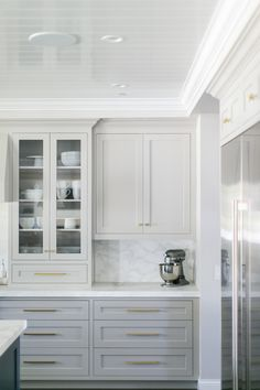 White and grey kitchen cabinets with brass hardware. Home design decor inspiration ideas. White and grey kitchen cabinets with brass hardware. Home design decor inspiration ideas. Light Gray Cabinets, Grey Kitchen Cabinets, Painting Kitchen Cabinets, Kitchen Hardware, Kitchen Grey, White Cabinets, Upper Cabinets, Glass Cabinets, Brass Kitchen