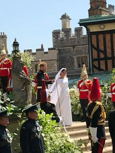 Royal Wedding of Prince Harry & Meghan Markle ❤ The Duke and Duchess of Sussex making their down the stairs of St George's Chapel to their awaiting carriage Royal Wedding Harry, Harry And Meghan Wedding, Harry Et Meghan, Meghan Markle Wedding, Prince Harry And Megan, Prince Henry, Lady Diana, Prinz Philip, Prinz William
