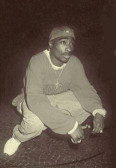 What you know about Pac's life? Mode Hip Hop, 90s Hip Hop, Hip Hop Rap, 2pac Pictures, Tupac Wallpaper, Blood Wallpaper, Tupac Makaveli, Best Rapper, Tupac Shakur