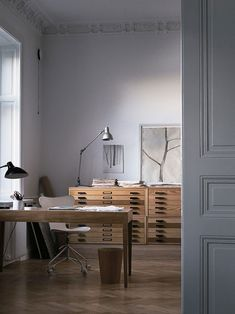 A minimalist office with a winter theme, with a stunning blend of wood and simplicity.