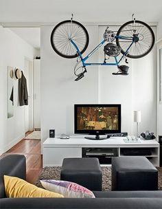 Bicicleta colgada en el salón