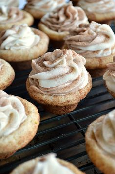 Soft and fluffy Snickerdoodle Cookie cups filled with sweet cinnamon and vanilla swirled frosting. Soft and fluffy Snickerdoodle Cookie cups filled with sweet cinnamon and vanilla swirled frosting. Mini Desserts, Cookie Desserts, Just Desserts, Cookie Recipes, Delicious Desserts, Dessert Recipes, Gourmet Desserts, Bite Sized Desserts, Brownie Cookie Cups