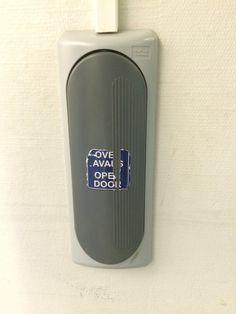 tätä sähköllä toimivaa näppäintä painamalla sähköllä toimiva ovi aukeaa