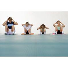 Una buena manera de prevenir la obesidad infantil es acostumbrar a los niños a practicar una actividad física. Las horas de actividad física que tienen en la escuela no son suficientes para mantenerlos en forma, así que puedes salir a caminar con ellos todos los días o llevarlos a una clase especial como el karate o la natación...