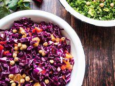 Rå rødkålssalat - Opskrift på den bedste rødkålssalat med appelsin Salad Menu, Salad Dishes, Crab Salad, Seafood Salad, Crab Stuffed Avocado, Light Summer Dinners, Cottage Cheese Salad, Raw Broccoli, Pitted Olives
