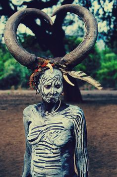 Russian and Ethiopia shaman women have had the same .traditions, where the grandmother is allowed to wear the large horns, the Mursi Shaman Woman still carry this We Are The World, People Around The World, Potnia Theron, Costume Ethnique, Foto Portrait, Folk, Tribal People, Art Africain, African Tribes