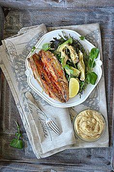 Matiasy w harrisie i Majowe sałaty z awokado i sosem tahini  #gryz #MagazynGRYZ