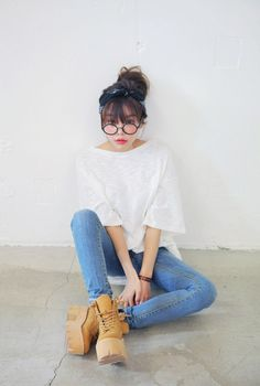 Very cute and simplistic outfit with the white tee, blue jeans, and absolutely gorgeous shoes. Korean Fashion Trends, Asian Fashion, Look Fashion, Fashion Boots, Fashion Models, Fashion Outfits, Street Fashion, Style Ulzzang, Ulzzang Fashion