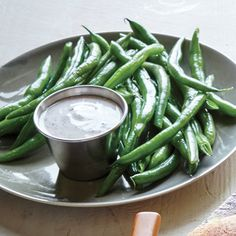 Green Beans with Dilly Sauce Dunk crisp-tender green beans in the buttermilk sauce, a cooling contrast to the spicy burger. Vegetarian Recepies, Vegetarian Dinners, Vegetable Recipes, Healthy Recipes, Crispy Mushrooms Recipe, Easy Green Bean Recipes, Cooking Green Beans, Cooking Light Recipes, Creamy Mashed Potatoes