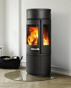 The 7943 woodburning stove from Morsø brings both warmth and beauty into your rooms. The 7943 model has been designed by Monica Ritterband with an extra large glass section.