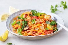 Give this healthy vegetarian salad with sweet potato spaghetti a smoky bacon flavour by tossing cubes of haloumi in paprika. 500 Calorie Meal Plan, 500 Calorie Dinners, Meals Under 500 Calories, 100 Calories, Vegetarian Dinners, Vegetarian Recipes, Healthy Recipes, Vegetarian Salad, Healthy Food