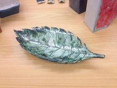 Första objektet av tre i keramikfamiljen Natur. Fatet är målad vit och med grön kopparoxid.