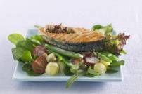 De romige dressing met roquefort combineert niet alleen perfect met de salade, óók met de zalm.