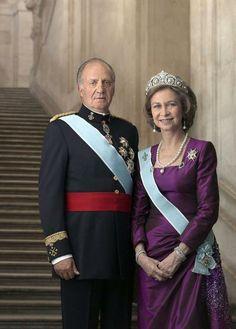 Nach 39 Jahren auf dem Thron dankt der spanische König Juan Carlos ab. Nachfolger wird sein Sohn Felipe. Mehr dazu hier: http://www.nachrichten.at/nachrichten/society/Spanischer-Koenig-Juan-Carlos-dankt-ab;art411,1402051 (Bild: epa)