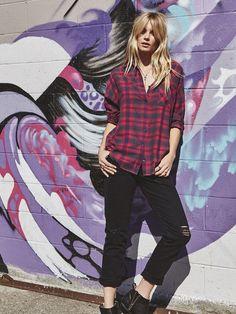Cooler Streetstyle mit Jeans und Karohemd.
