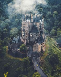 Eltz Castle has been owned by the family of the same name for more than 850 years. Thanks to expert diplomacy it has managed to escape destruction during wars and times of conflict.