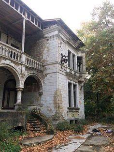 Abandoned Castles, Abandoned Houses, Abandoned Places, Old Houses, Old Mansions, Abandoned Mansions, Forgotten Treasures, Castle Ruins, Ancient Beauty