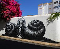 Belgium-based ROA is a street artist known for his graffiti animals. Murals Street Art, Street Art Graffiti, Street Art Love, Amazing Street Art, Art Public, Et Tattoo, Tattoos, Urbane Kunst, Colossal Art