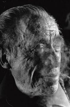 Ero il tipo che vive di solitudine; senza solitudine ero come un altro uomo senza cibo o senz'acqua. Ogni giorno passato senza solitudine mi indeboliva. Bukowski.