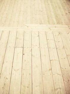 Lekkert grått terrassegulv i termofuru. Foto: Wener Anderson