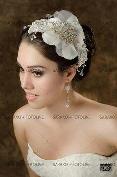 Tiara de cristal con flor plana de tela