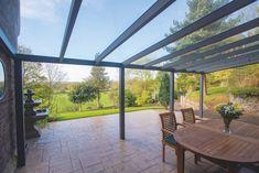 Dit is de Legend Plus Edition veranda van Gardendreams met een glazen dak van 8 mm veiligheidsglas. Een luxe afgewerkt terrasoverkapping voor aan uw gevel met 11x11 cm staanders, 149x212 mm luxe goot en hoogwaardige afwerking (aluminium bovenprofielen en luxe afwerking in de vorm van kliklijsten). D Aluminum Gazebo, Pergola Aluminium, Concrete Posts, Laminated Glass, Garden Canopy, Ral Colours, Roofing Materials, Glass Roof, Outdoor Structures