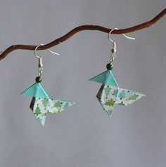 Boucles d'oreille cocotte en papier Paper Quilling Jewelry, Origami And Quilling, Origami Paper Art, Origami Jewelry, Paper Jewelry, Diy Boucle D'oreille, Handcrafted Jewelry, Handmade Items, Japanese Origami