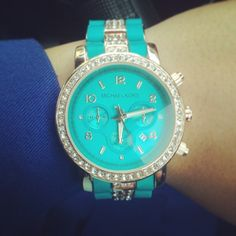 I want a Michael Kors watch soo bad!! Preferably one in gold though.