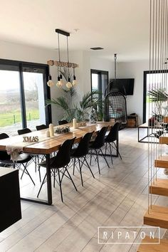 Large dining table with steel legs - - Foot mannequin: Intrepid / 71 x 100 cm / Black / 120 € Photograph: City Apartment, Grande Table A Manger, Dining Table Legs, Large Dining Tables, Wood Tables, Kitchen Tables, Rustic Table, Dining Chairs, Modern Kitchen Design