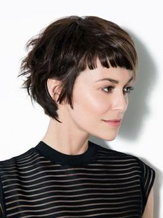 Kurze Haare, gerader Pony Short hair, straight bangs: A short hairstyle that makes the right styling Pixie Cut With Bangs, Curly Hair With Bangs, Short Hair With Bangs, Short Hair Cuts, Curly Hair Styles, Pixie Bangs, Punk Pixie Cut, Cute Pixie Cuts, Thin Hair