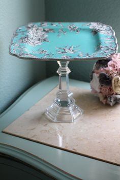 Tiffany Blue Cake Stand or Dessert Pedestal / Truffle Tray Petit Four Platter Cake Pop Stand / Tiffany & Co Inspired. From the dollar store a candle stick holder and glue decorative tin on top. Vintage Diy, Diy Deco Rangement, Tiffany Blue Cakes, Cake Pop Stands, Cupcake Stands, Cake Pops, Cake Stand Decor, Dessert Stand, Display Stands