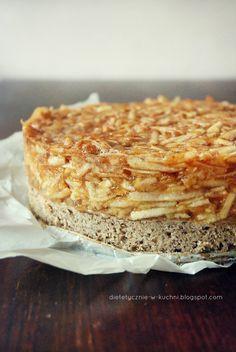 Jabłecznik z galaretką na fasolowym spodzie 1 duży kawałek (1/8 ciasta) dostarcza średnio: 200kcl 1 kg jabłek (po obraniu i utarciu ok 750g) 1 opakowanie galaretki cytrynowej 400 ml wody 450 g ugotowanej białej fasoli lub 2 puszki białej fasoli konserwowej 3 jajka 1,5 łyżeczki proszku do pieczenia 60 g brązowego cukru 20 g mielonego siemienia lnianego (2 kopiaste łyżki) 2 łyżeczki cynamonu 1/2 łyżeczki kardamonu 1/2 łyżeczki gałki muszkatołowej