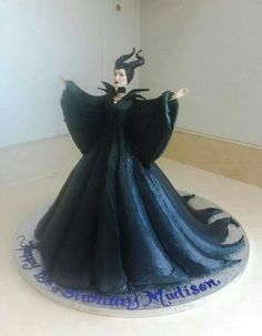 This Maleficent cake that Orlando Serrano posted on our wall is scarily accurate! Theme Halloween, Halloween Cakes, Fancy Cakes, Cute Cakes, Sweet Cakes, Cupcake Toppers, Cupcake Cakes, Fondant Cakes, Maleficent Cake