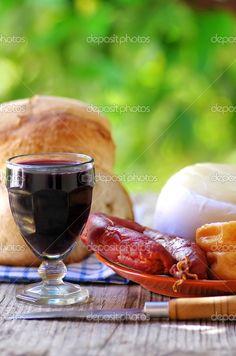 Chouriço, vinho, queijo e pão Português