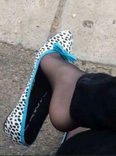 Love girls feet and shoes Pantyhose Heels, Stockings Heels, White Ballet Flats, Cute Flats, Socks And Heels, Ballerina Shoes, Ballerinas, Women's Feet, Icarly