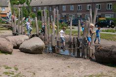 Natuurlijk spelen levert een belangrijke bijdrage aan de ontwikkeling van kinderen. Vaardigheden als creativiteit, communicatieve vaardigheden, fantasie en vindingrijkheid worden meer aangesproken dan op traditionele speelplaatsen. Natural Playground, Playground Ideas, Lyme Park, Tree Pruning, Outdoor Learning, Weed Control, Garden Types, Garden Care, Learning Environments