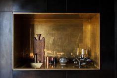 In ottone la nicchia-cucina di Michael con rubinetti Vola e caffettiera Alessi