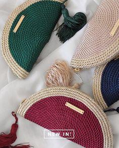 Creative Bag Dolce And Gabbana Handbags T Shirt Yarn Cool Patterns Crochet Patterns Knitted Bags Red Bags Crochet Purses Crochet Accessories Crochet Clutch Bags, Diy Clutch, Crochet Handbags, Crochet Purses, Diy Sac, Potli Bags, Diy Bags Purses, Diy Handbag, Basket Bag