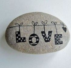 813 images about Kreativ - Rock / Stone / Pebble Art on We Heart It Pebble Painting, Pebble Art, Stone Painting, Diy Painting, Rock Painting Patterns, Rock Painting Ideas Easy, Rock Painting Designs, Stone Crafts, Rock Crafts