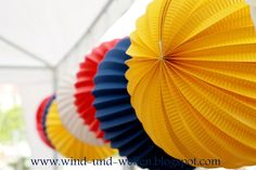 party decoration - colored paper sphere - hanging baloon - summer inspiration Diy Party, Party Ideas, Colored Paper, Birthday Ideas, Wedding Inspiration, Decoration, Creative, Outdoor Decor, Tips