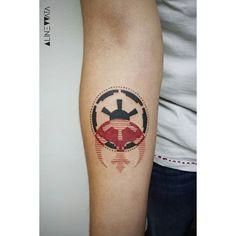 Alliance x Empire by Aline Watanabe - São Paulo www.tatteo.com #starwars #starwarstattoo #geometrictattoo #linework #tattoaria #tattooaddicts #vinocatraca #tattoocollectors #tatuaje #tattooist #scene360