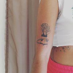 Artist: Hiasmyn L.  Tatuagem feminina: garota, bambolê, retrato, cacheada, mulher negra, tatuagem em pele negra.   Female tattoo: girl, hula hoop, portrait, curly, black woman, tattoo on black skin.