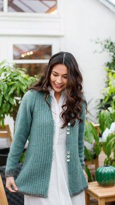 Strikkeopskrift på en fin og feminin lang jakke, strikket i halvpatent og med glatstrikkede ærmer.